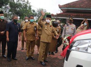 CEPAT DAN TEPAT: Bupati Malang Drs HM Sanusi, MM saat meresmikan layanan Dispendukcapil lewat Mobil Minibus Drive Thru.