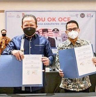 KERJA SAMA: Bupati Jember Ir. H. Hendy Siswanto (dua dari kiri), Ketua Umum OK OCE Indonesia Iim Rusyamsi (dua dari kanan) didampingi Ketua OK OCE Syam Pusat Reny Widya Lestari (kanan) menunjukkan Memorandum of Understanding (MoU) yang sudah ditandatangani.